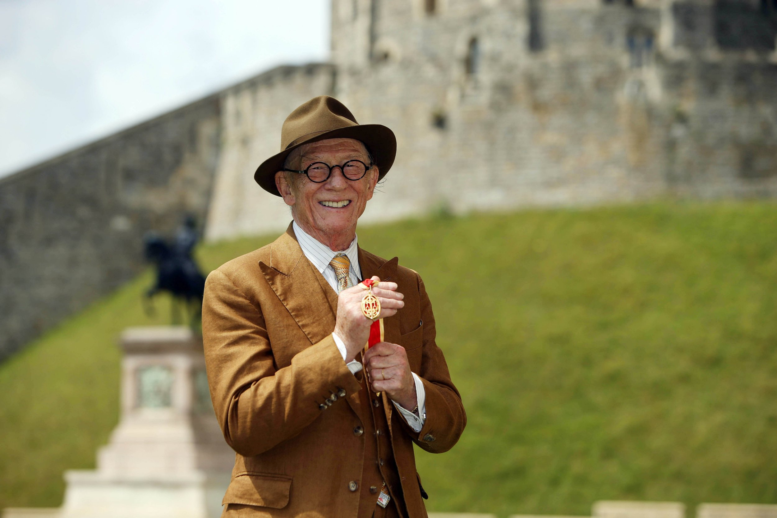JK Rowling and Stephen Fry lead celebrity tributes to 'remarkable' John Hurt as actor dies aged 77
