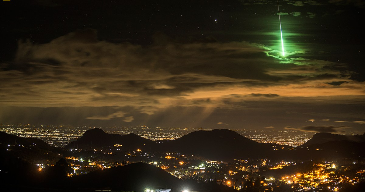 Stunning meteor turns the sky emerald green as it burns up over India