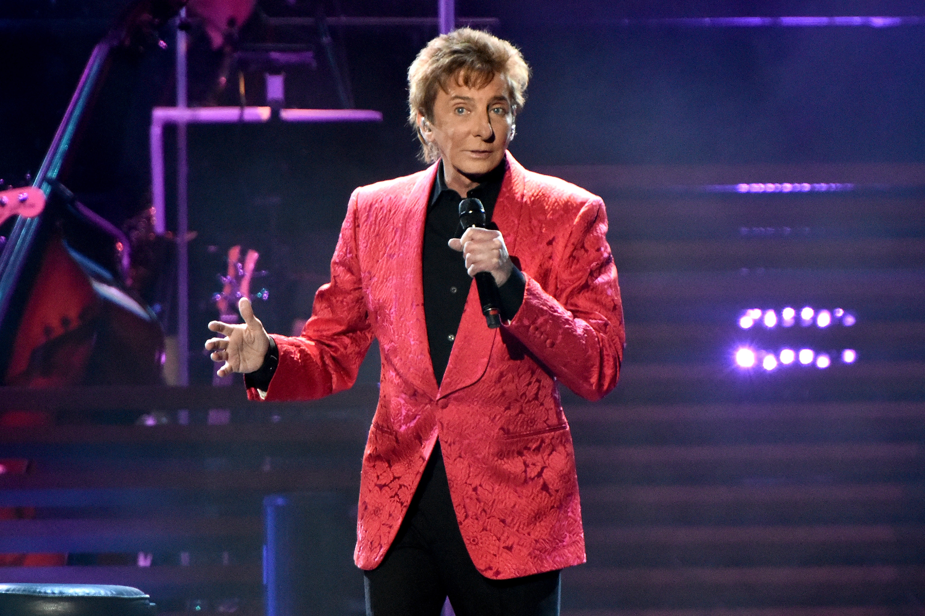 Barry Manilow set to do his first UK signing in over a decade for new album