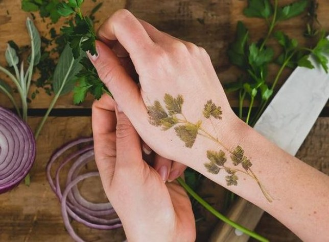 1c0002dcc7733 You can now get temporary tattoos that smell like herbs and flowers ...