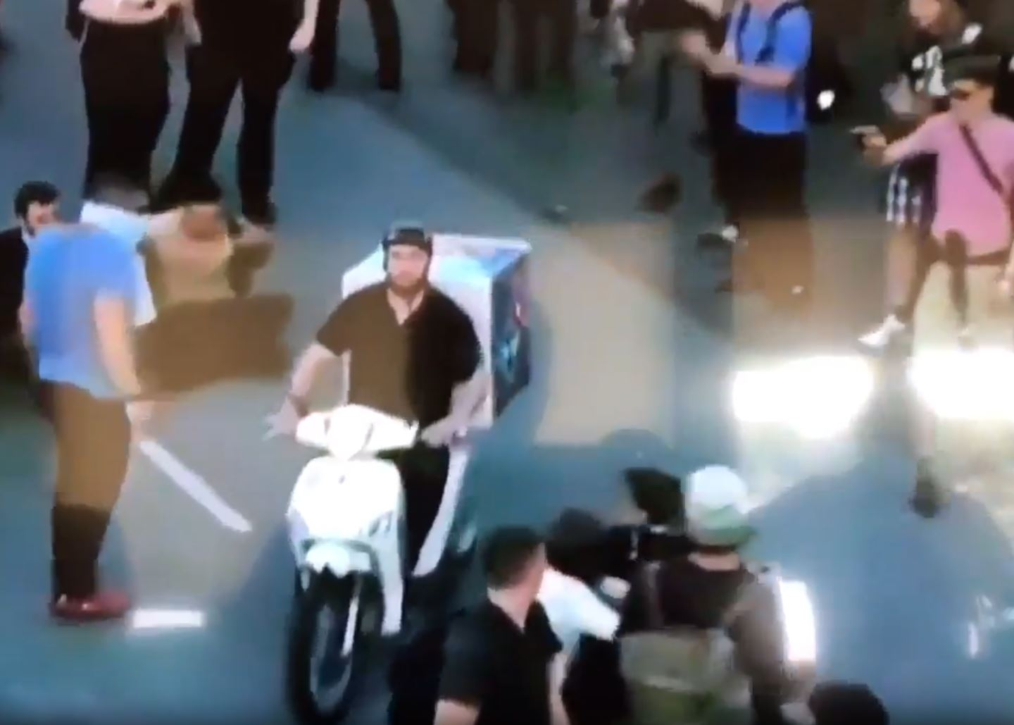 Pizza delivery rider expertly navigates G20 protesters clashing with police