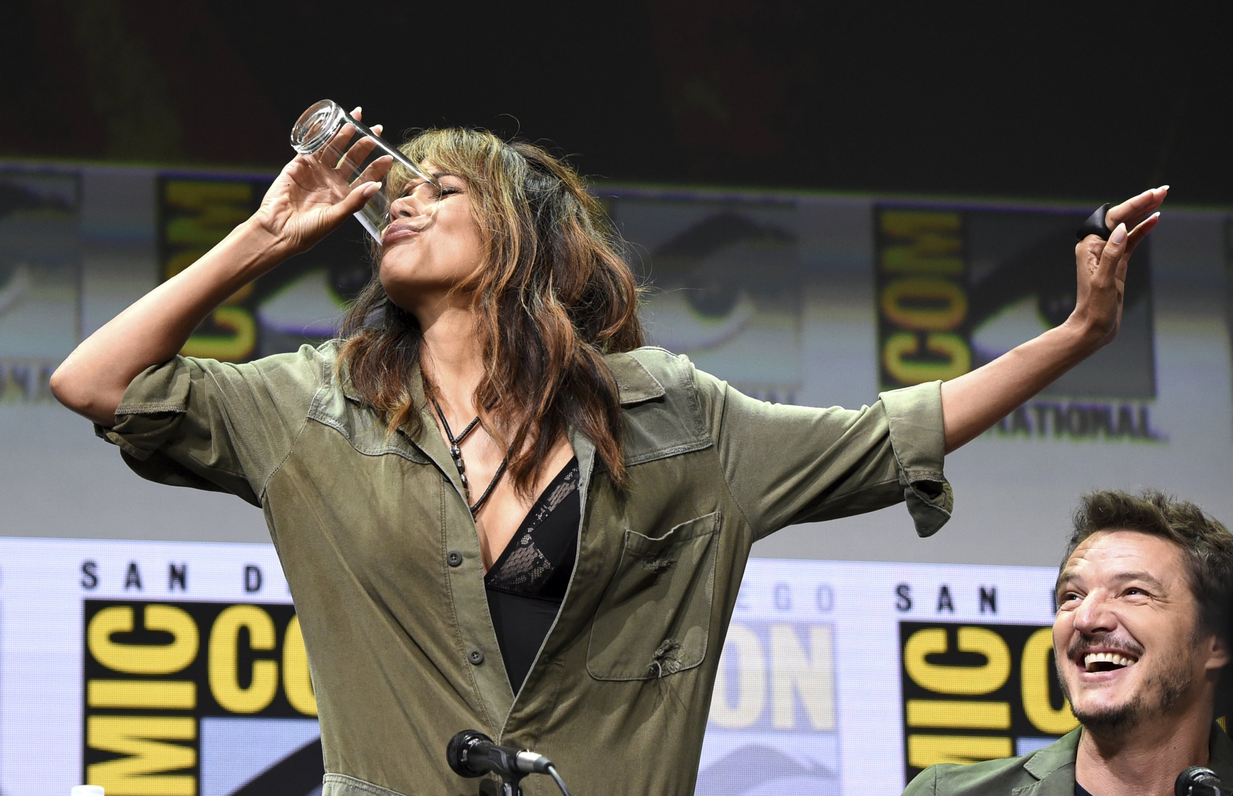 Halle Berry crushes all those pregnancy rumours by downing a lot of whisky at Comic-con