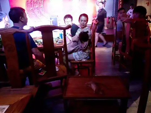 Rat falls from ceiling in restaurant and lands on a waitress' tray