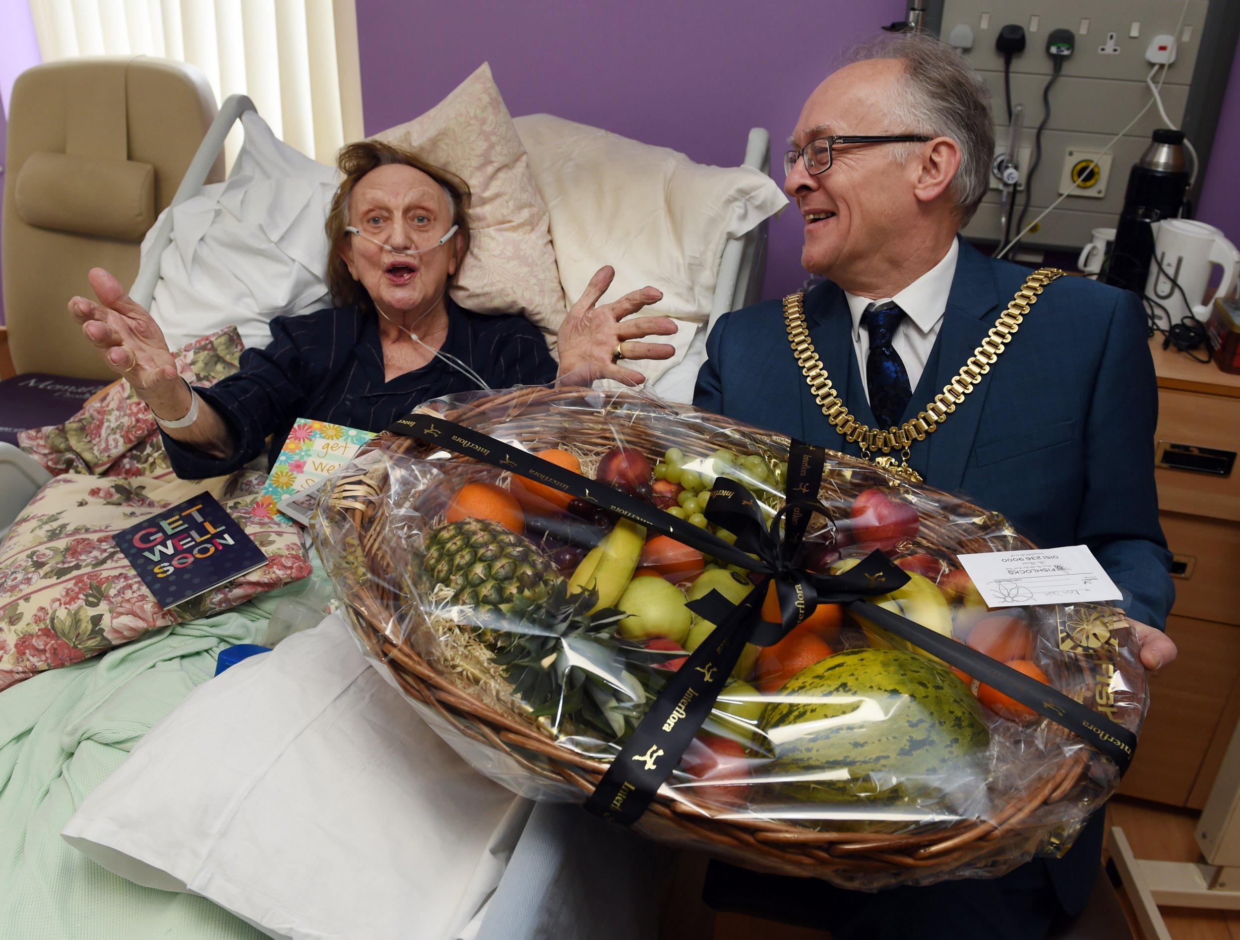Ken Dodd visited by mayor in hospital