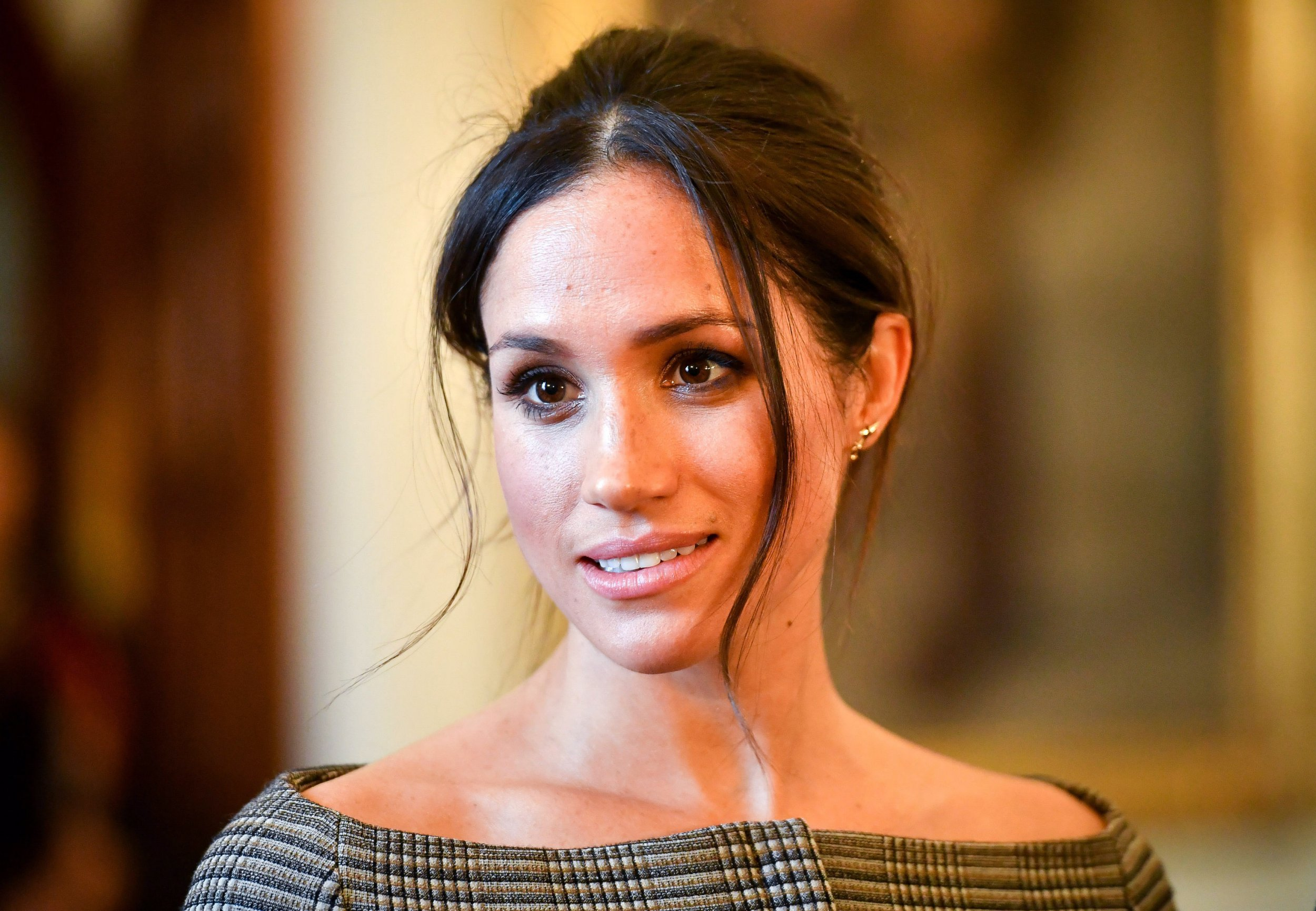 CARDIFF, WALES - JANUARY 18: Meghan Markle chats with people inside the Drawing Room during a visit to Cardiff Castle on January 18, 2018 in Cardiff, Wales. (Photo by Ben Birchall - WPA Pool / Getty Images)