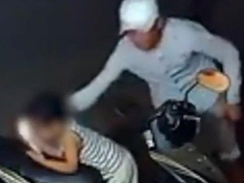 Thief spies on toddler waiting for moment to snatch mobile phone
