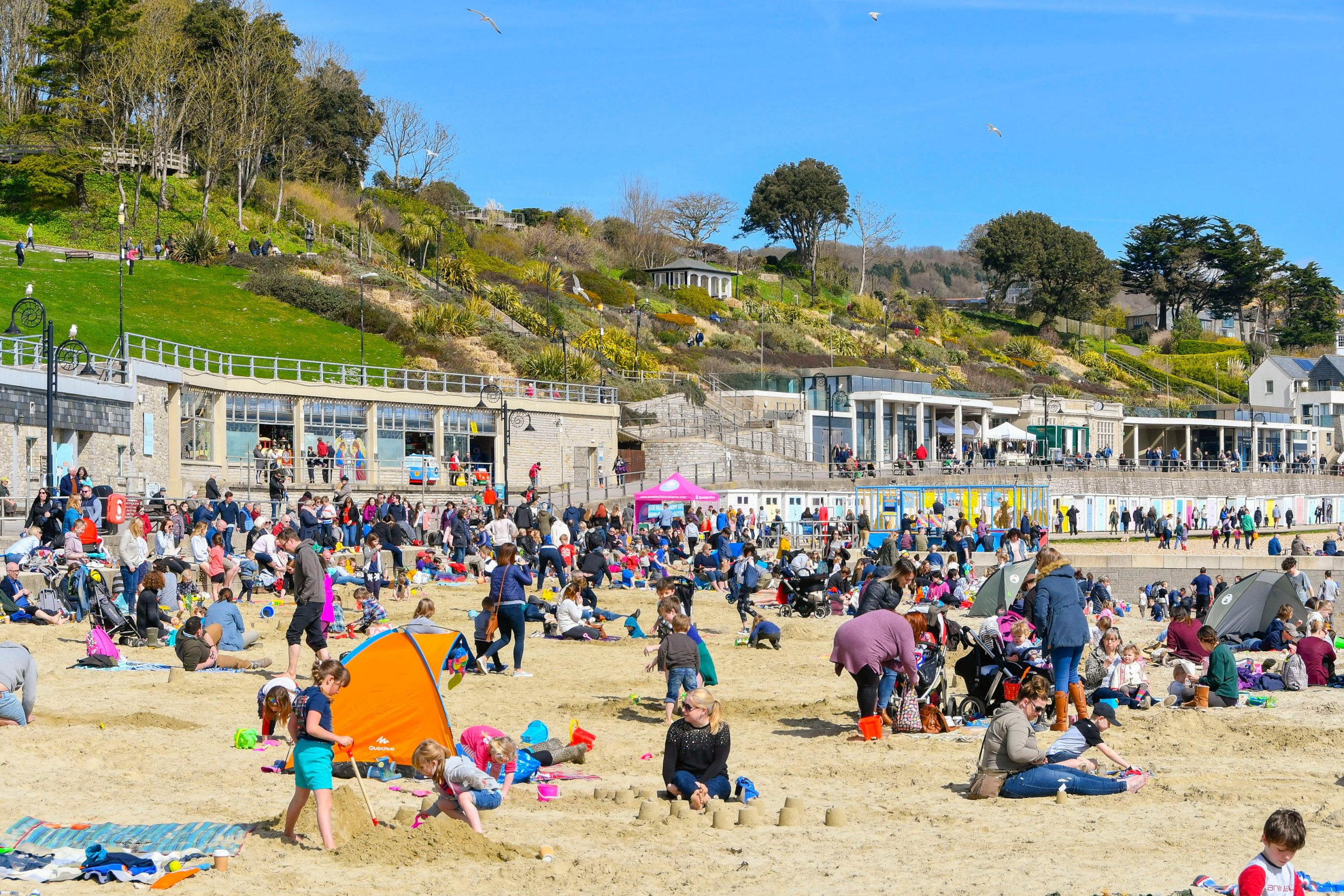 Alamy Live News. MAY3D6 Lyme Regis, Dorset, UK. 5th April 2018. UK Weather. Holidaymakers and visitors flock to the beach to enjoy the warm spring sunshine and blue skies at the seaside resort of Lyme Regis in Dorset during the Easter school holidays. Picture Credit: Graham Hunt/Alamy Live News This is an Alamy Live News image and may not be part of your current Alamy deal . If you are unsure, please contact our sales team to check.