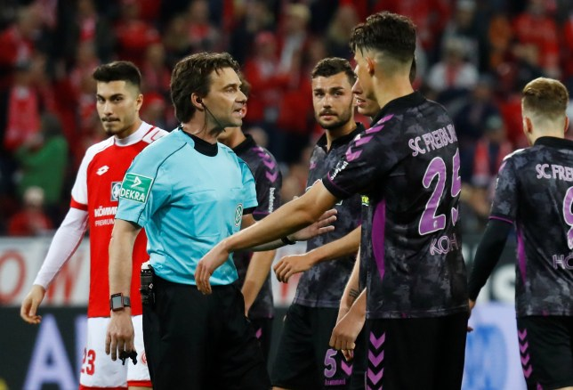 Soccer Football - Bundesliga - 1.FSV Mainz 05 vs SC Freiburg - Opel Arena, Mainz, Germany - April 16, 2018 SC Freiburg's Robin Koch speaks with referee Guido Winkmann after a penalty is awarded to Mainz REUTERS/Kai Pfaffenbach DFL RULES TO LIMIT THE ONLINE USAGE DURING MATCH TIME TO 15 PICTURES PER GAME. IMAGE SEQUENCES TO SIMULATE VIDEO IS NOT ALLOWED AT ANY TIME. FOR FURTHER QUERIES PLEASE CONTACT DFL DIRECTLY AT + 49 69 650050