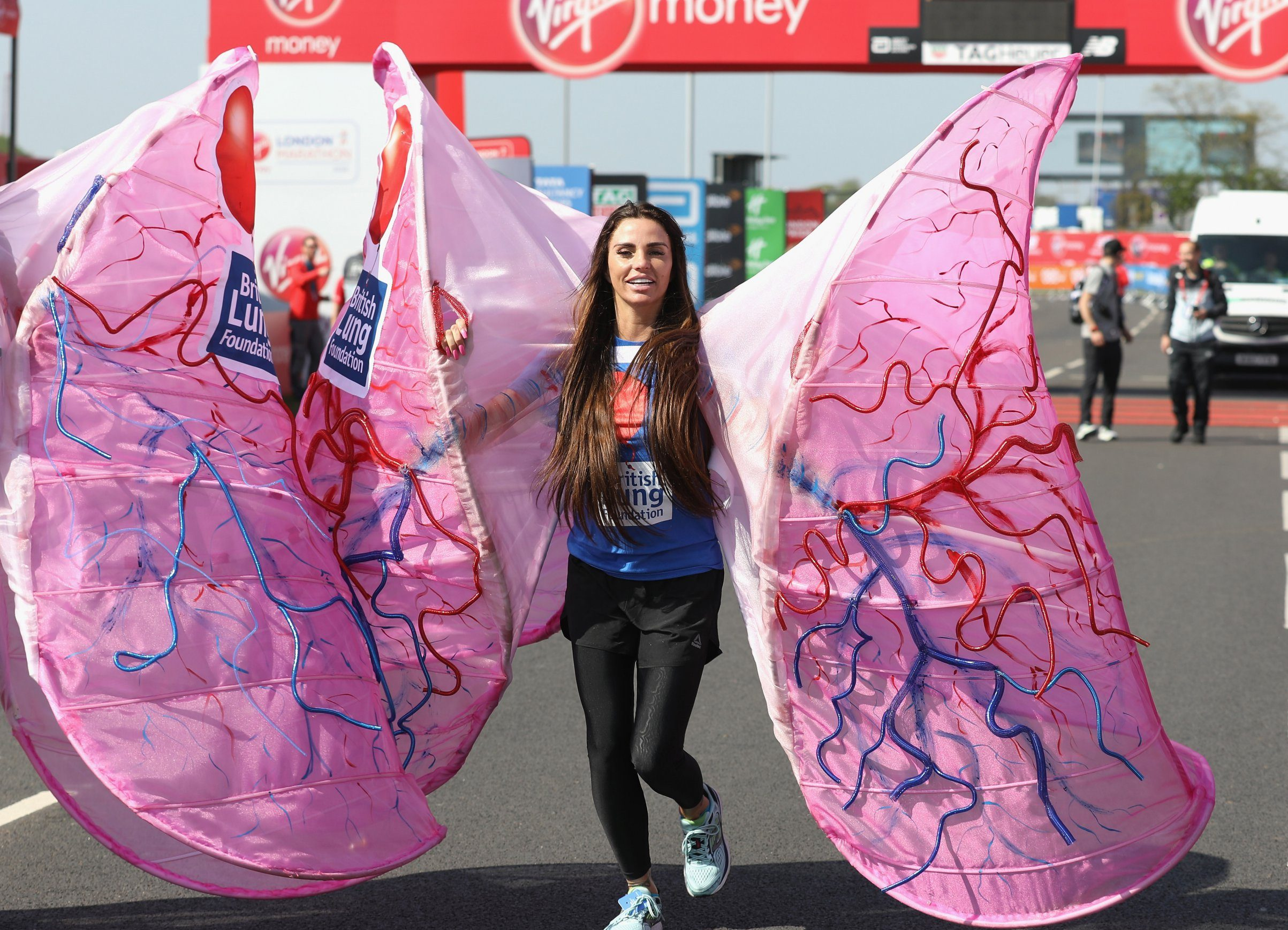 Katie Price starts the 2018 London marathon dressed as a very large pair of lungs