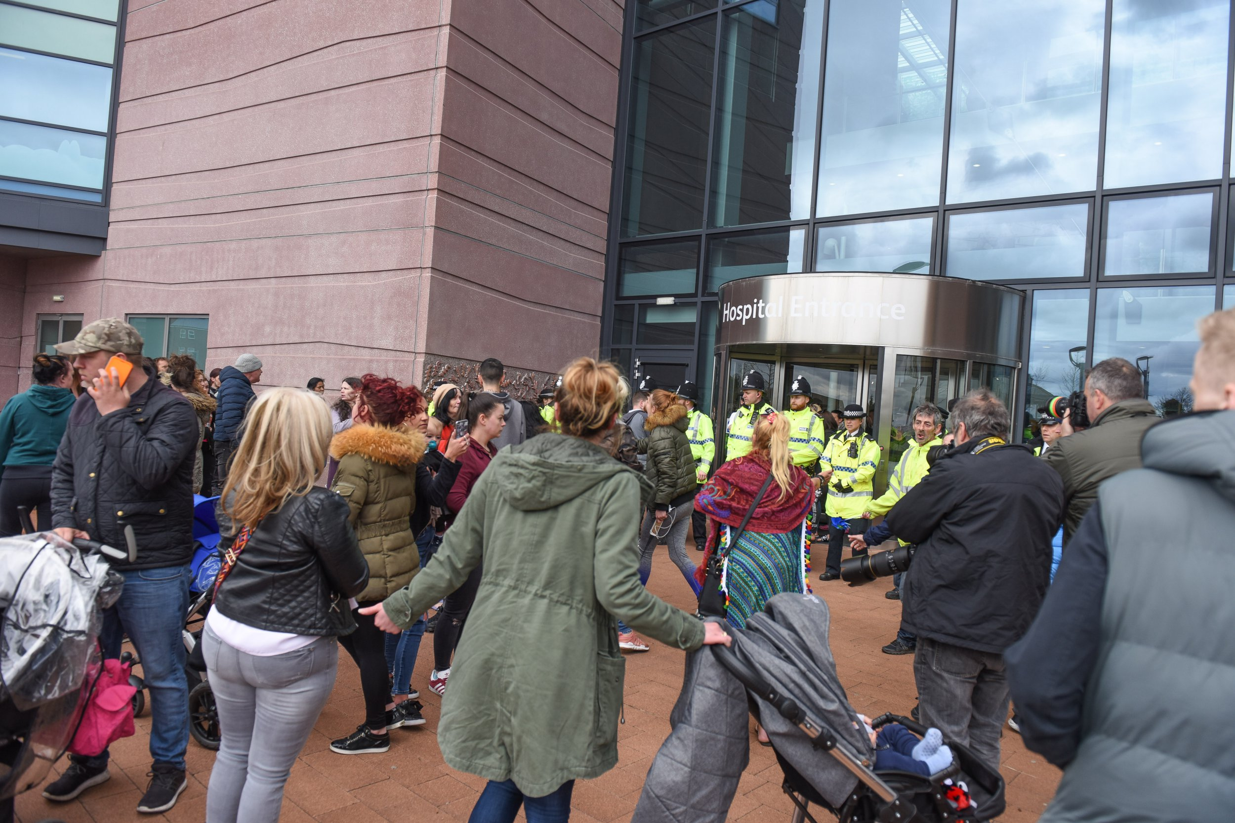 MERCURY PRESS. Liverpool, UK. 23/4/18. Pictured: Protestors attempt to storm Alder Hey hospital but are held back by a line of police