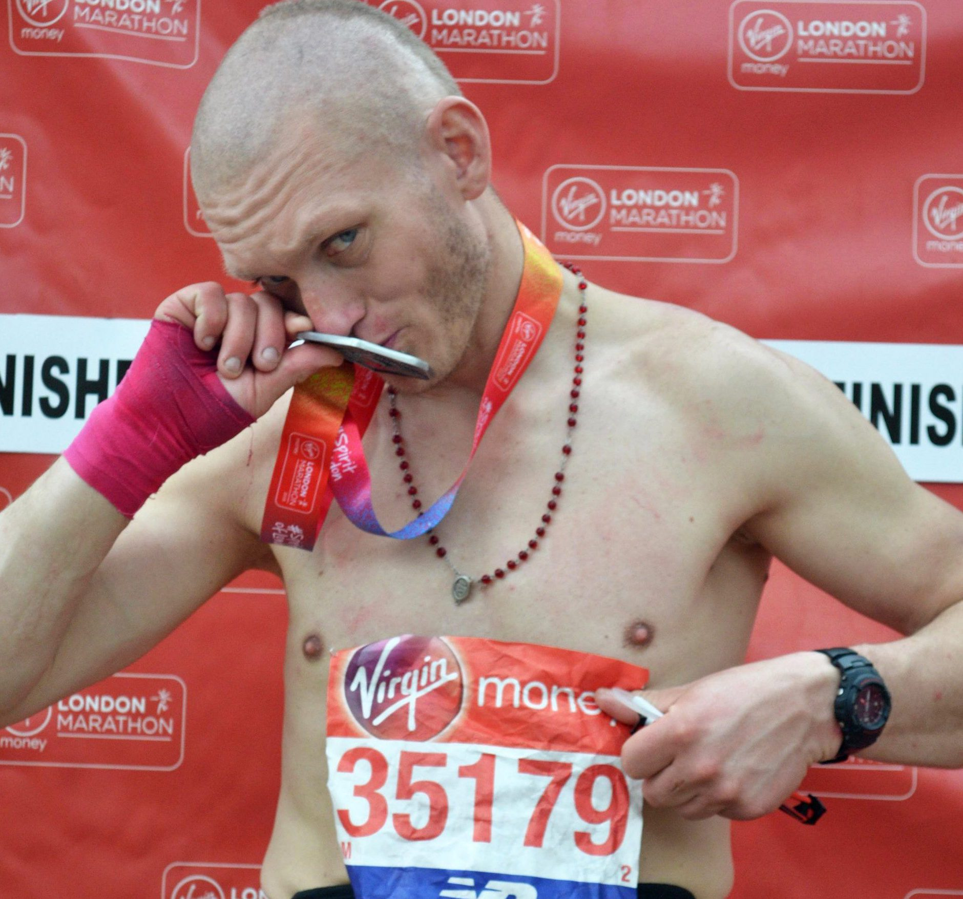 Hunt for London Marathon spectator who found lost runner's number and claimed medal METRO GRAB taken from: www.marathonfoto???.com Credit: Marathonfoto