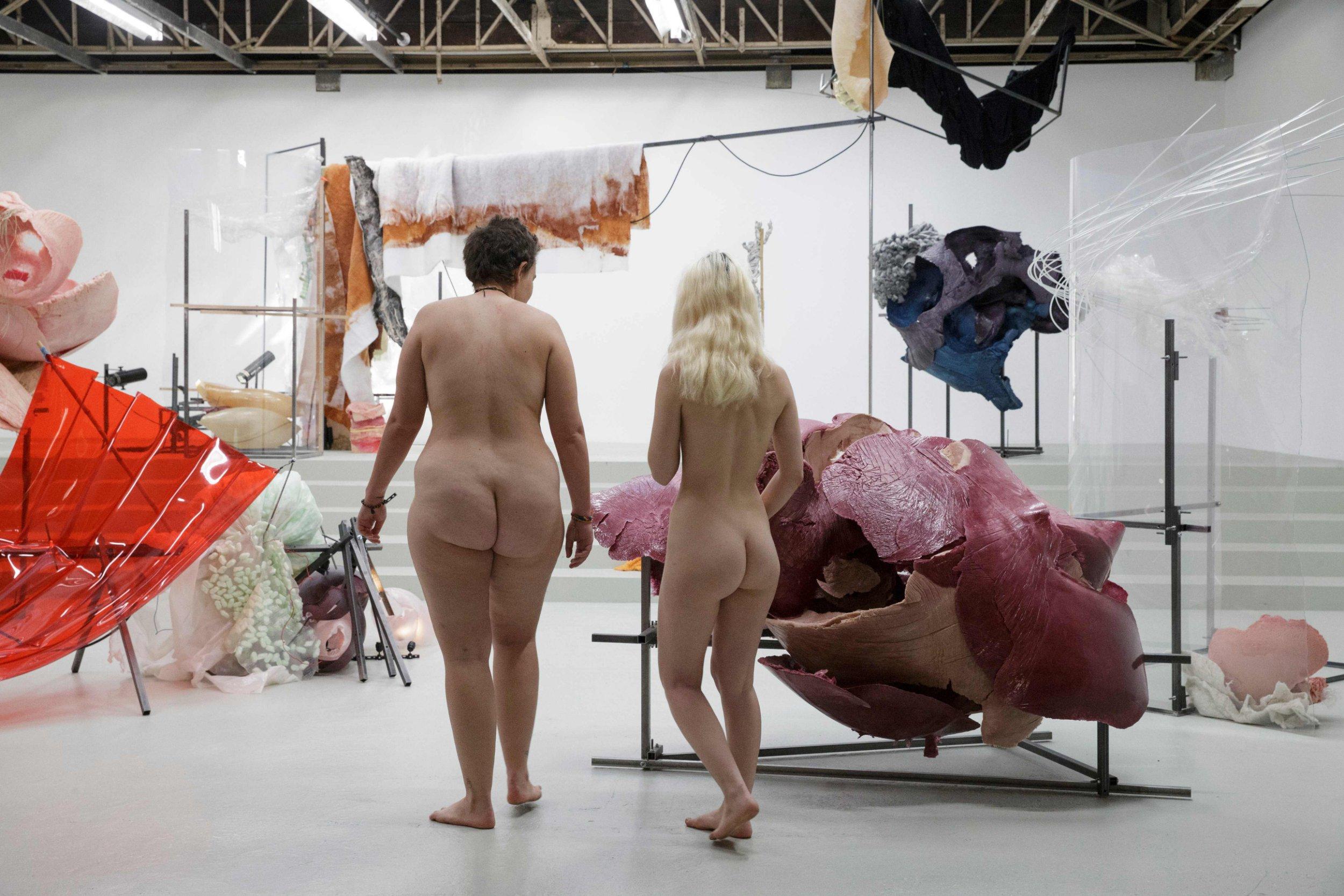 Kobiety bawiące się dużymi fiutami