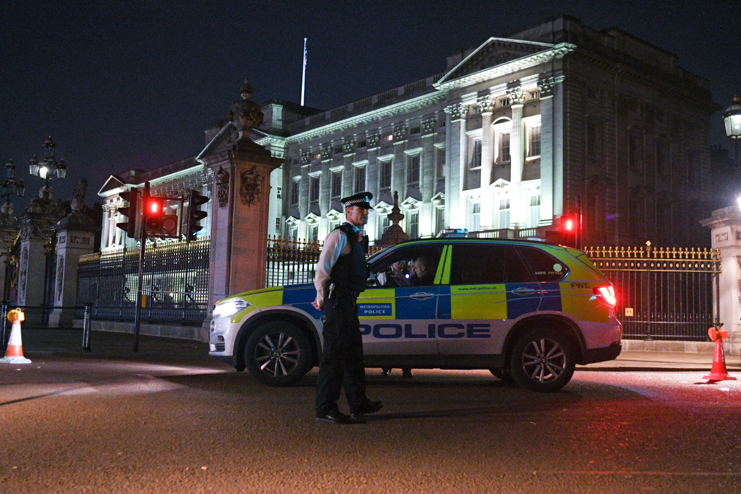 LONDON, ENGLAND - AUGUST 25: Police teams secure the roads behind a cordoned area following an apparent attack on two police officers at Buckingham Palace on August 25, 2017 in London, England. Two officers were slightly injured while arresting the man who was carrying a bladed weapon. (Photo by GOR/Getty Images)