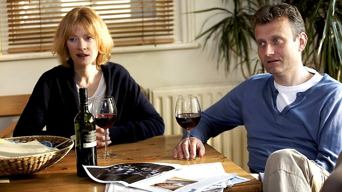 Hugh Dennis and Claire Skinner in Outnumbered
