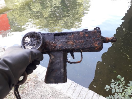 - Picture of the Uzi found in the river by Gareth Bryer TRIANGLE NEWS 0203 176 5581 // contact@trianglenews.co.uk By Eleanor Sharples A MAN uncovered an Uzi submachine gun from a canal using a magnet. Gareth Bryer, 36, was magnet fishing in Enfield Lock, London, when he pulled out the Mac 10 submachine gun. And as he continued to search, he pulled out a magazine and a knife too. Magnet fishing involves attaching a magnet to a rope and throwing it in canals and rivers to find metal objects.