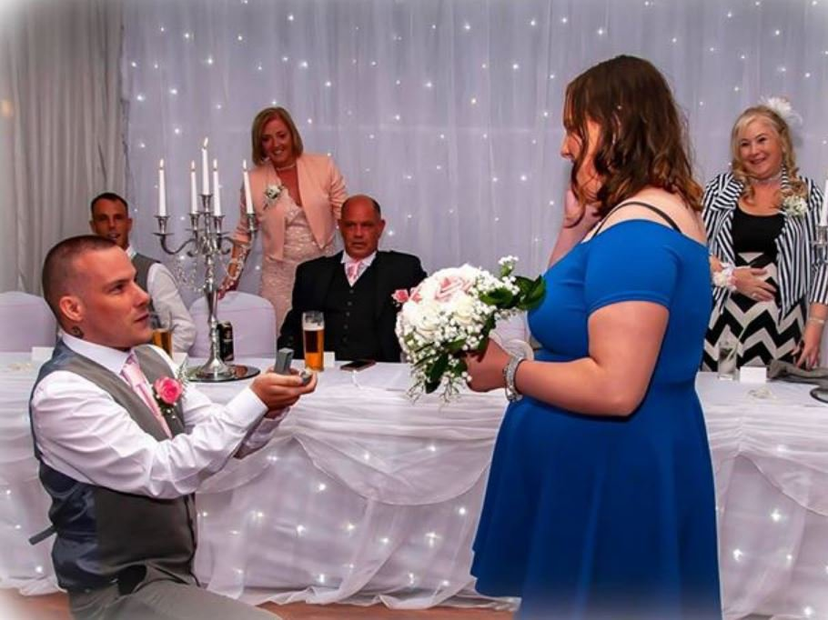 Man surprises girlfriend by proposing to her at his sister's wedding