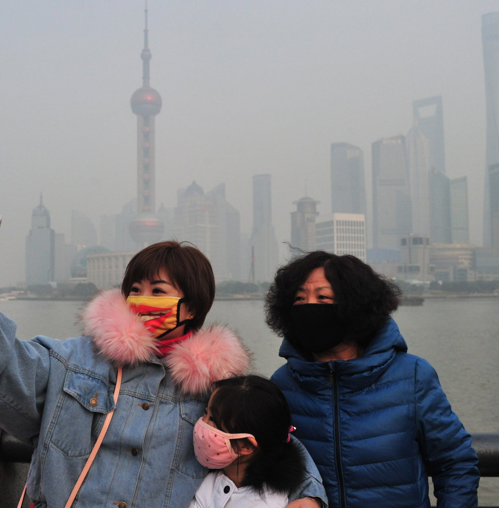 SHANGHAI, CHINA - JANUARY 30: People visit the Bund which is plagued by heavy smog on January 30, 2018 in Shanghai, China. Shanghai Air Pollution Index (API) reaches 235 at 5 p.m., indicating heavy pollution. (Photo by VCG/VCG via Getty Images)