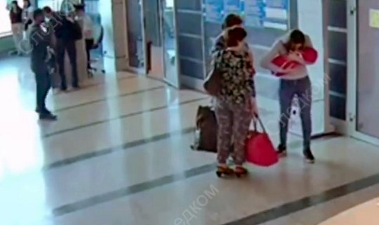 Inna giving away her baby in the airport of Omsk