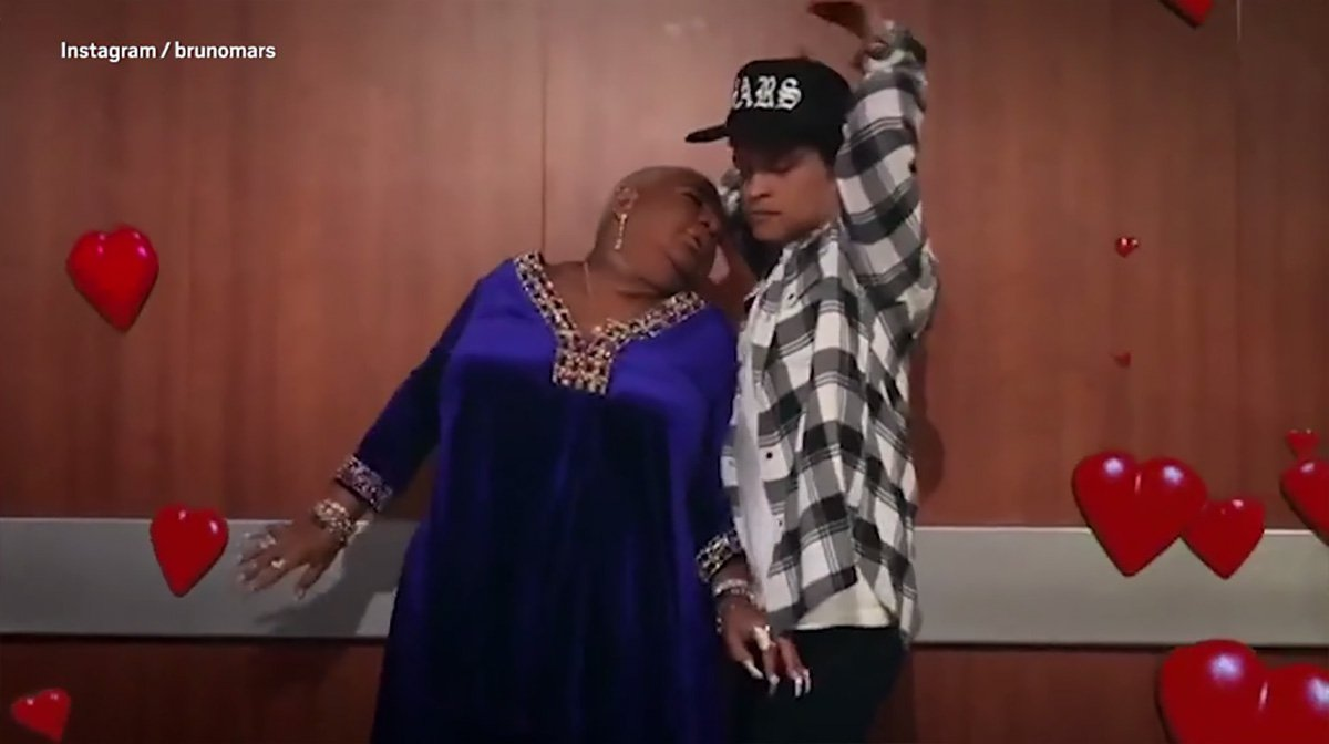 Bruno Mars gets steamy with superfan METRO GRAB taken from: https://videos.metro.co.uk/video/met/2018/10/26/2063824543881149596/1024x576_MP4_2063824543881149596.mp4 Credit: Bruno Mars/Instagram