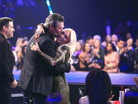 Blake Shelton pulls girlfriend Gwen Stefani onstage after People's Choice win