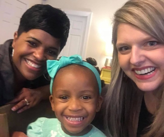METRO GRAB VIA FACEBOOK Stranger shows white adoptive mother how to style her daughter's hair https://www.facebook.com/photo.php?fbid=10101447341168996&set=a.537918151056&type=3&theater