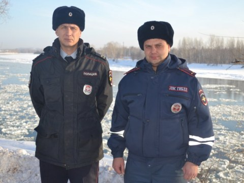 Russian police officers 'help put out a fire by throwing snowballs at it'