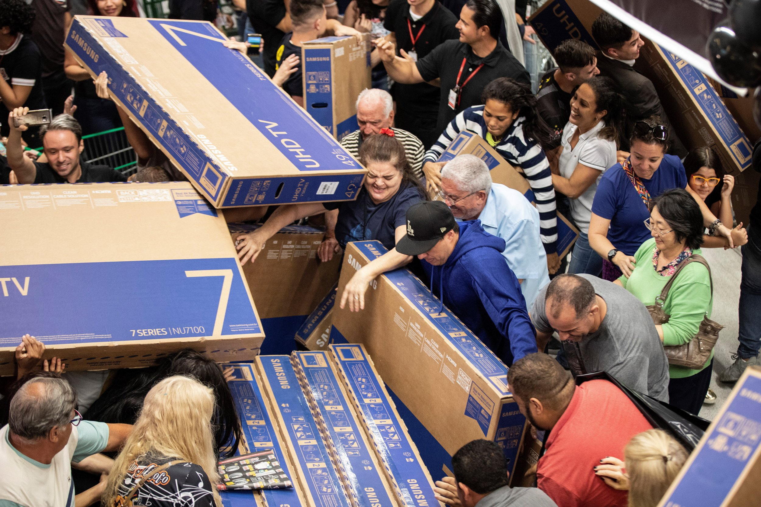 epa07183649 People buy televisions at a supermarket during a Black Friday sale in Sao Paulo, Brazil, 22 November 2018. Black Friday is an day following Thanksgiving Day , annually held on the fourth Thursday in November, in the United States and generally marks the beginning of the Christmas shopping season. EPA/SEBASTIAO MOREIRA