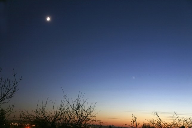What planets are visible next to the moon this morning