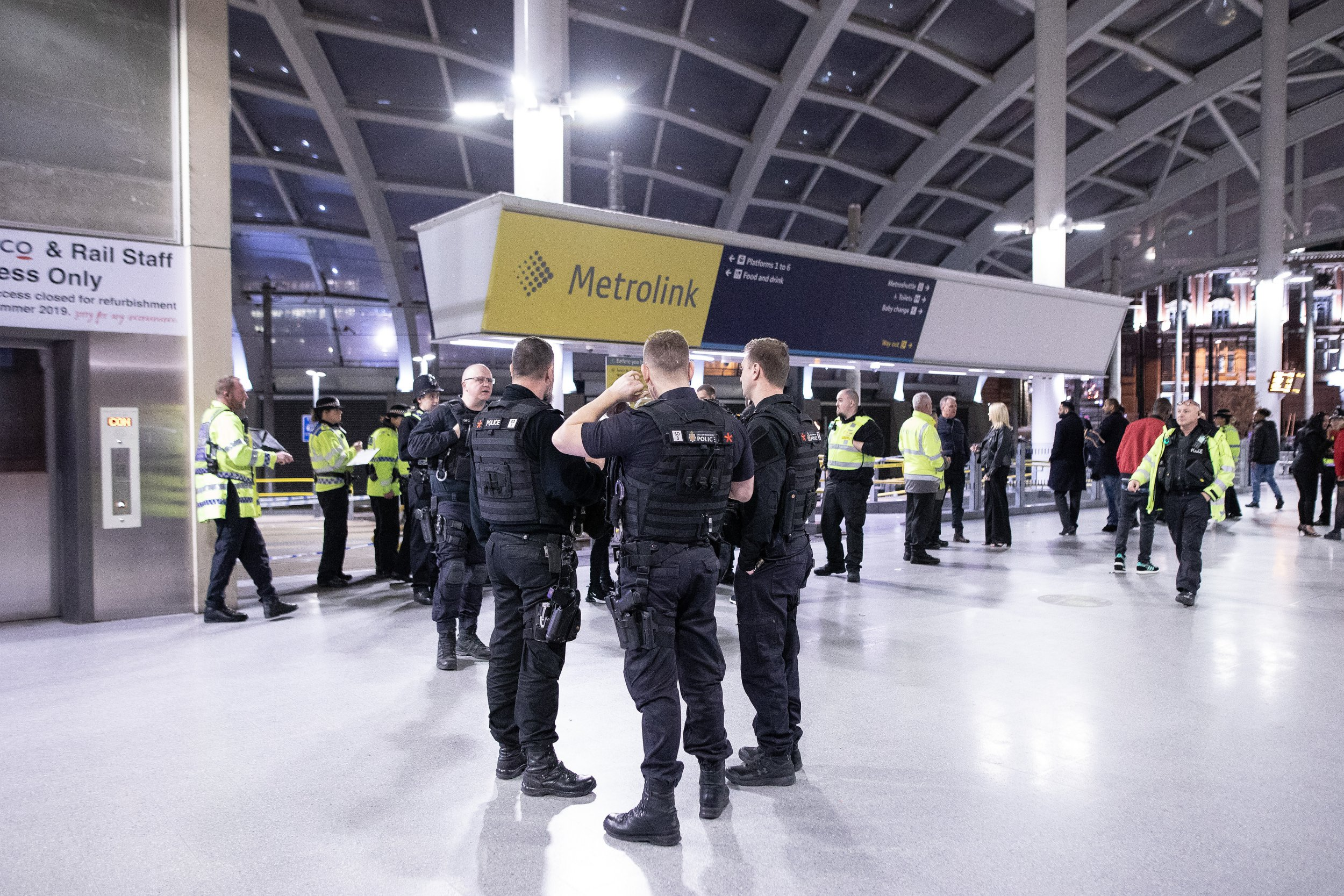 ? Licensed to London News Pictures . 31/12/2018. Manchester, UK. Police close off Victoria Station in Manchester after reports of multiple stabbings , including to a British Transport Police officer , following a knife attack on a platform at the station . A man has been arrested and a taser was deployed at the scene . Photo credit: Joel Goodman/LNP