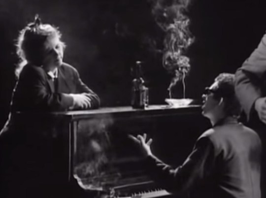 The Pogues - Fairytale Of New York (Official Video) https://www.youtube.com/watch?v=j9jbdgZidu8