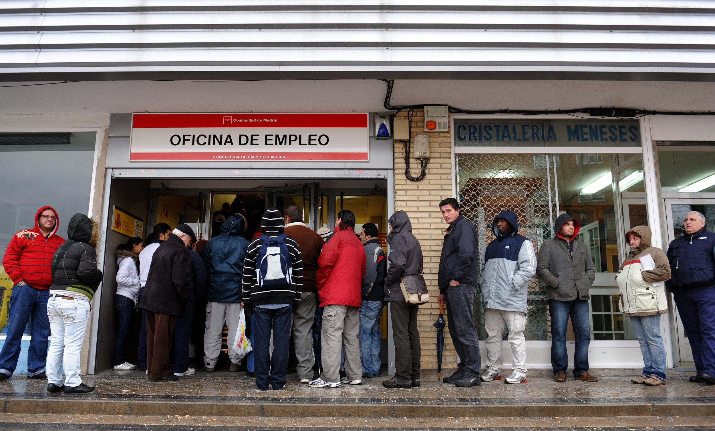 MADRID, SPAIN - FEBRUARY 05: Unemployed wait in line at a government employment office on February 5, 2009 in Madrid, Spain. With companies shedding tens of thousands of jobs due to the fall in of the Spanish property boom, the number of people out of work in Spain has risen to a 12 year high in January with more than 3.3 million out of work, 13% of the Spanish population. (Photo by Jasper Juinen/Getty Images)