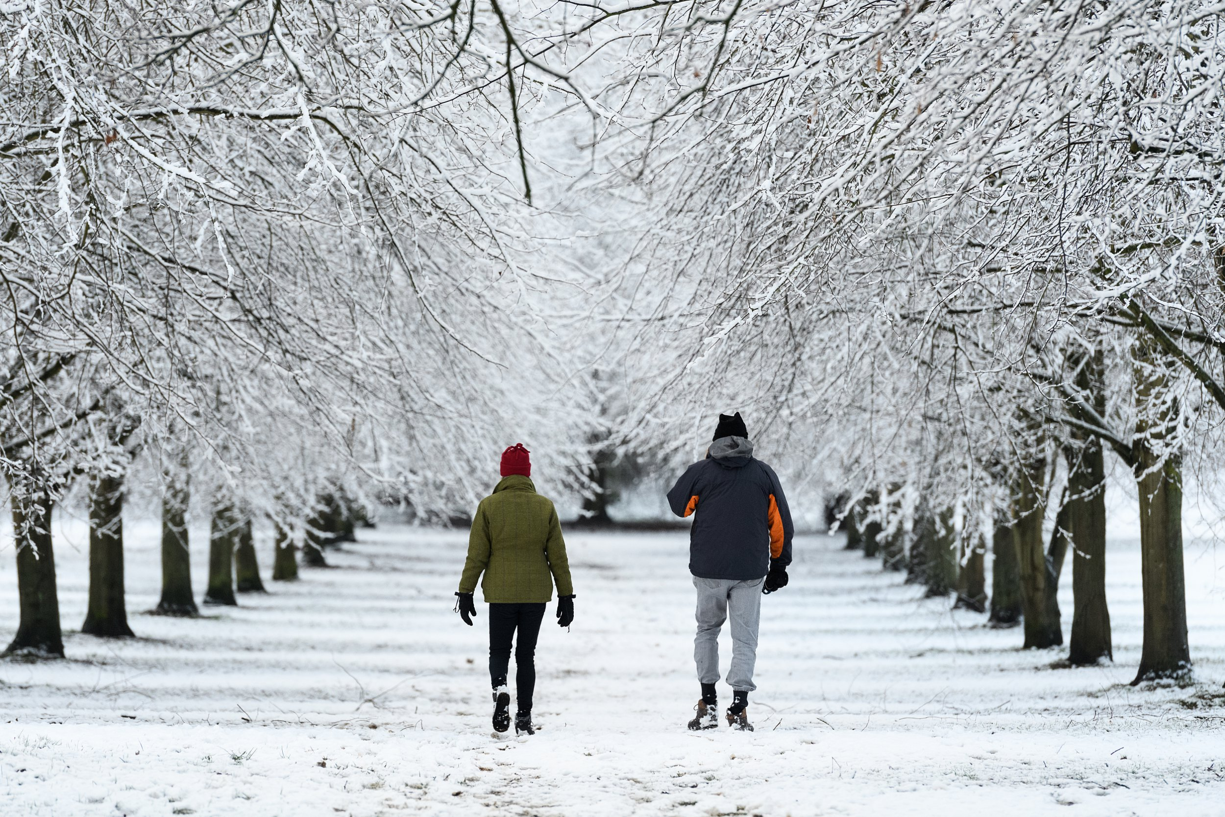 HIGH WYCOMBE, ENGLAND - JANUARY 23: A couple walk through the park as some areas of the United Kingdom see the first snow of the year, on January 23, 2019 in High Wycombe, United Kingdom. (Photo by Leon Neal/Getty Images)