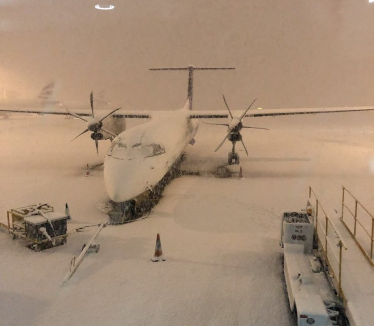 METRO GRAB TWITTER W/ PERMISSION Manchester airport closed due to snow 30.01.2019 https://twitter.com/cosmokramer1884/status/1090504162935218181