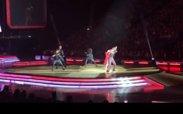 METROGRAB: Joe Sugg drops girlfriend Dianne Buswell during Strictly tour TAKEN WITHOUT PERMISSION https://twitter.com/ChrisLincoln80/status/1094266881672953858