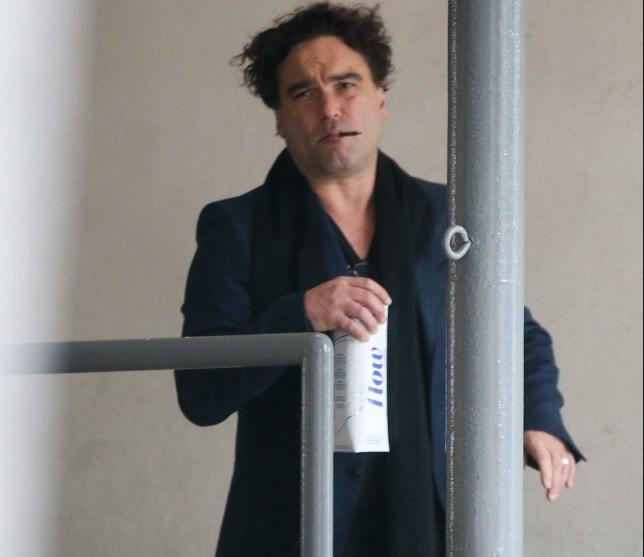 EXCLUSIVE. Coleman-Rayner Los Angeles, CA, USA. February 13, 2019 Big Bang Theory star Johnny Galecki steps out with a ring on his wedding finger as he puffs on a cigar in Beverly Hills. The actor, 43, has been dating 21-year-old Alaina Meyer since late summer 2018. CREDIT MUST READ: Coleman-Rayner Tel US (001) 310-474-4343 ??? office www.coleman-rayner.com
