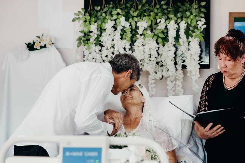 Woman with terminal cancer marries love of her life hours before