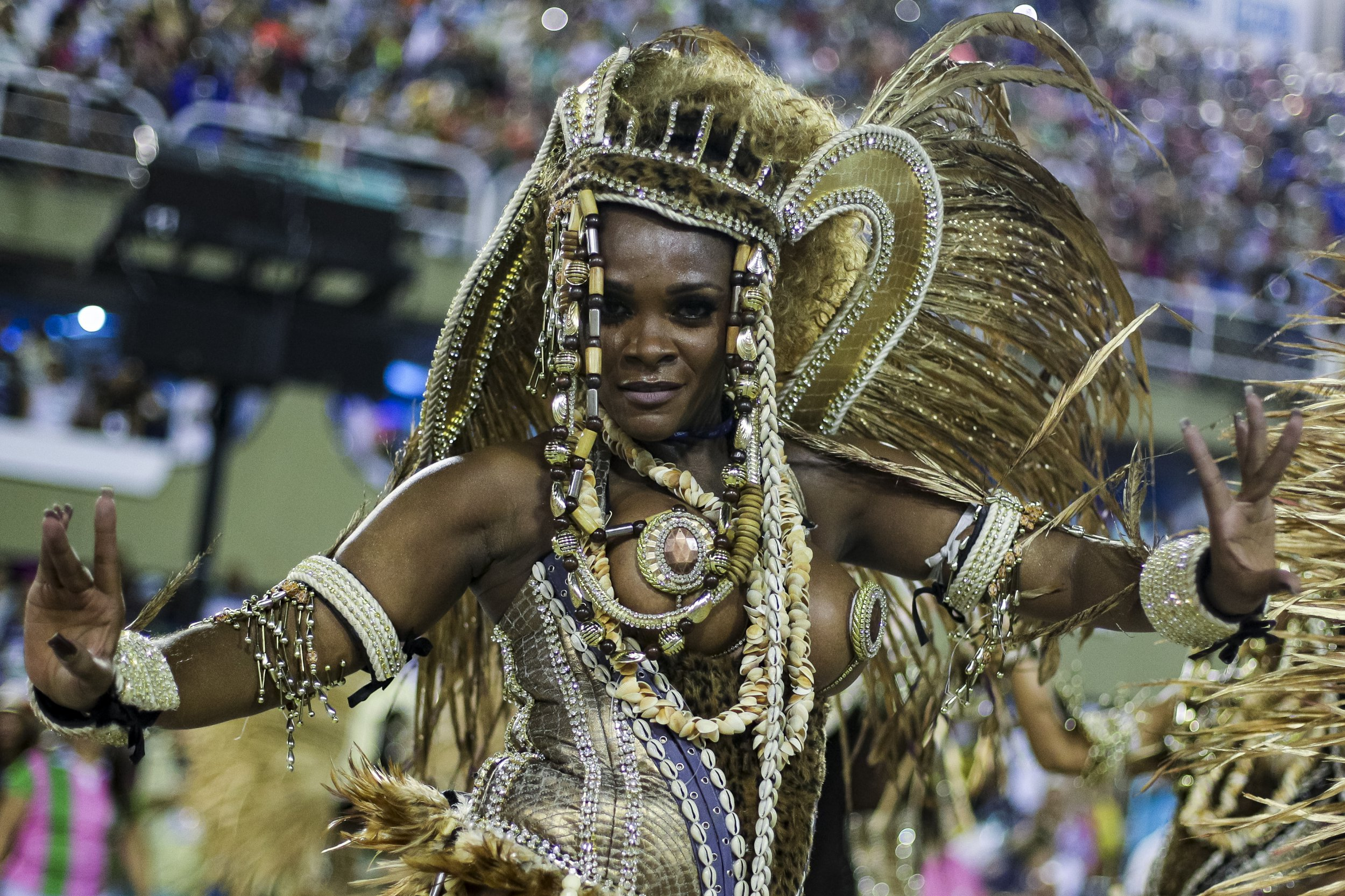 RIO DE JANEIRO, BRAZIL - MARCH 04: A member of Mangueira Samba School performs during the parade at 2019 Brazilian Carnival at Sapucai Sambadrome on March 04, 2019 in Rio de Janeiro, Brazil. Rio's two nights of Carnival parades began on March 03 in a burst of fireworks and to the cheers of thousands of tourists and locals who have previously enjoyed street celebrations (known as 'blocos de rua') all around the city. (Photo by Buda Mendes/Getty Images)