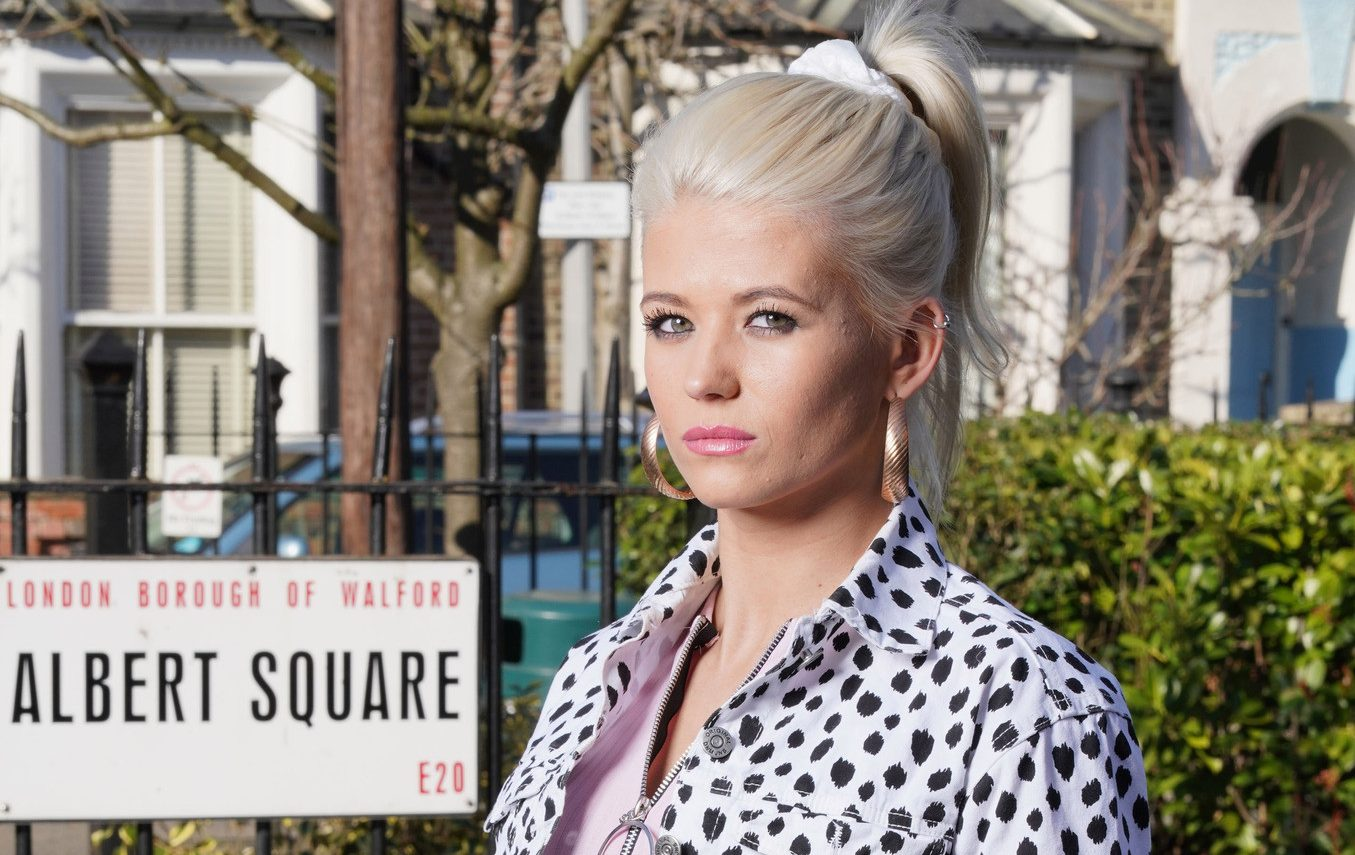 What relation is Lola Pearce to Billy Mitchell?