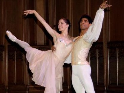 Darcey Bussell and Carlos Acosta dancing in The Royal Ballet