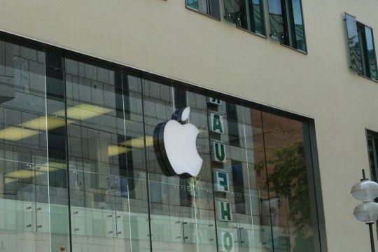 The logo of the American multinational technology company Apple headquartered in Cupertino, California, that designs, develops, and sells consumer electronics, computer software, and online services is seen in the Munich pedestrian zone. (Photo by Alexander Pohl/NurPhoto via Getty Images)