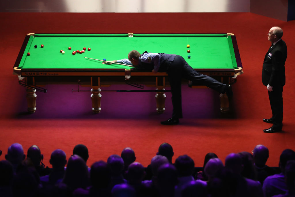 Steve Davis and John Higgins explain how the Crucible one-table set-up makes such an impact