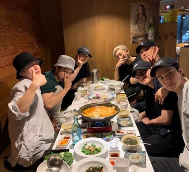 EXO have dinner with D.O.