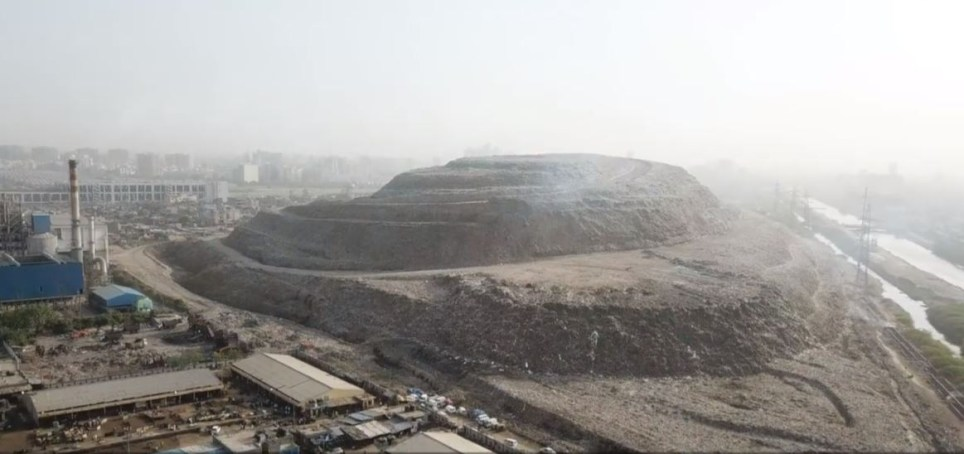 The Ghazipur trash mountain in Delhi (AFP)