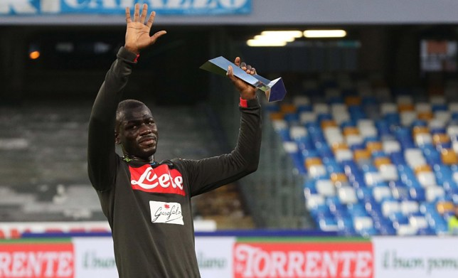 epa07585466 Napoli's defender Kalidou Koulibaly awarded as best defender of the Serie A season 18/19 prior the Italian Serie A soccer match between SSc Napoli and Inter FC the San Paolo stadium in Naples, Italy, 19 May 2019. EPA/CESARE ABBATE