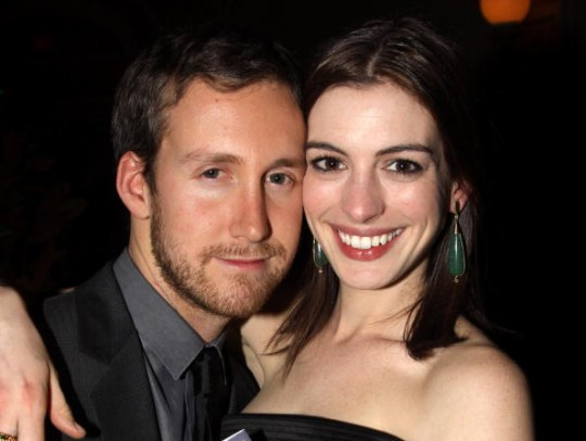 who is dating anne hathaway