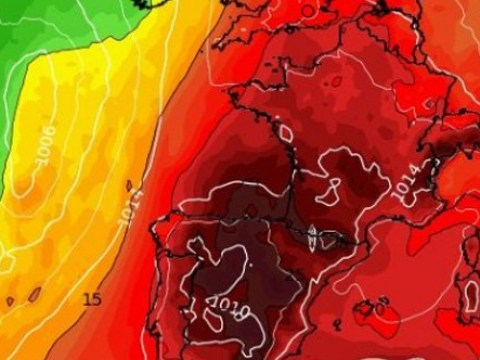 Moist weekend to make way for hot and claggy heatwave