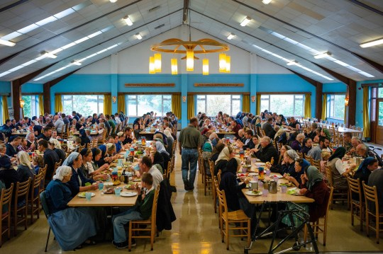 Komunitas Bruderhof: Orang-orang yang Menfokuskan Hidup Hanya untuk Yesus