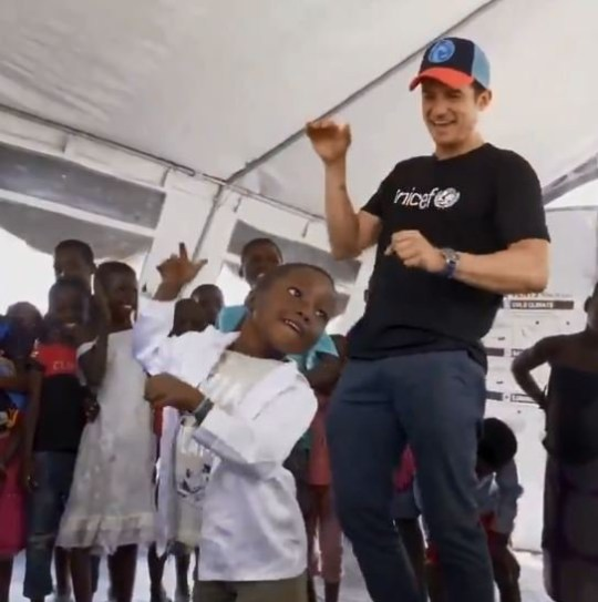 Orlando Bloom learns new dance moves from the cutest Mozambican kid