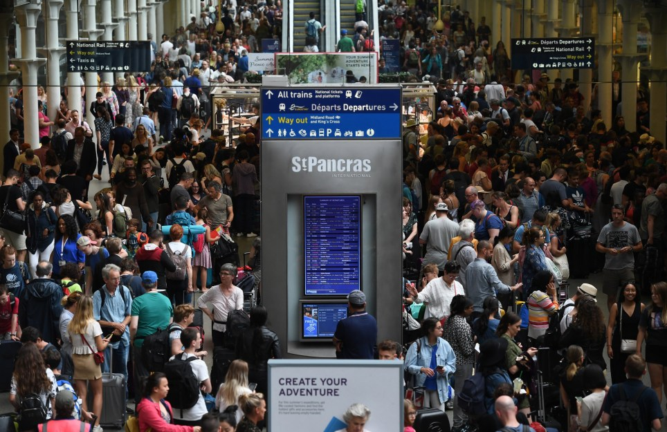 epa07741771 Thousands of commuters wait for Euro Star trains from London to Paris at St.Pancras International station in London, Britain, 26 July 2019. Eurostar trains have been seriously disrupted due to an over head power line issue caused by the heatwave. EPA/ANDY RAIN