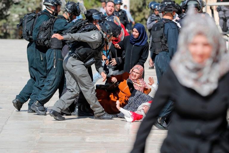 Israeli police fire tear gas at Muslims during Eid al-Adha in